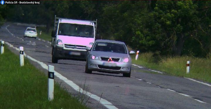 NEZODPOVEDNÍ ŠOFÉRI SA NÁJDU AJ NA ZÁHORÍ 🤷♂️🚖  ➡Pozornosti dopravných policajtov neunikol jeden nezodpovedný vodič vozidla Ško…