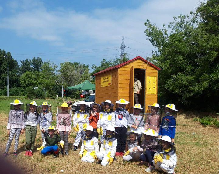 🐝Náš kočovný včelín v Ružinove už funguje naplno. Navštevujú nás najmä deti zo škôl v okolí, ktoré si počas krátkeho kurzu vyskú…