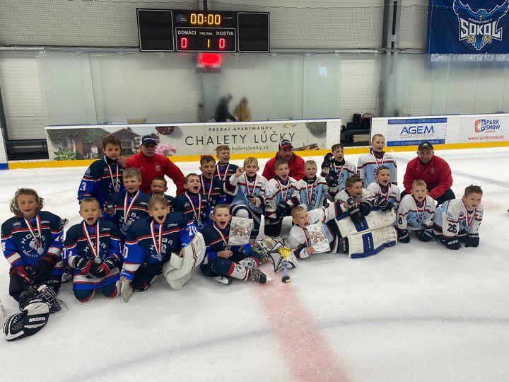 HOBÁCI ÚSPEŠNE NA TURNAJI V PEZINKU🏒 Cez víkend bolo poriadne horúco, a to dokonca aj v studenej hokejovej aréne v Pezinku. Usku…