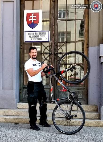 AJ BRATISLAVSKÍ POLICAJTI CHODILI DO PRÁCE NA BICYKLI 🚲➡️🏢 ✅Do celoslovenskej kampane DO PRÁCE NA…