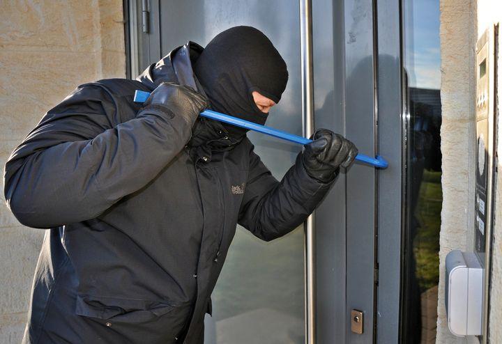 NOČNÚ KRÁDEŽ V JEDNOM Z BYTOV  V CENTRE BRATISLAVY UŽ VYŠETRUJEME  👉Policajti bratislavskej krajskej kriminálky vyšetrujú okolno…