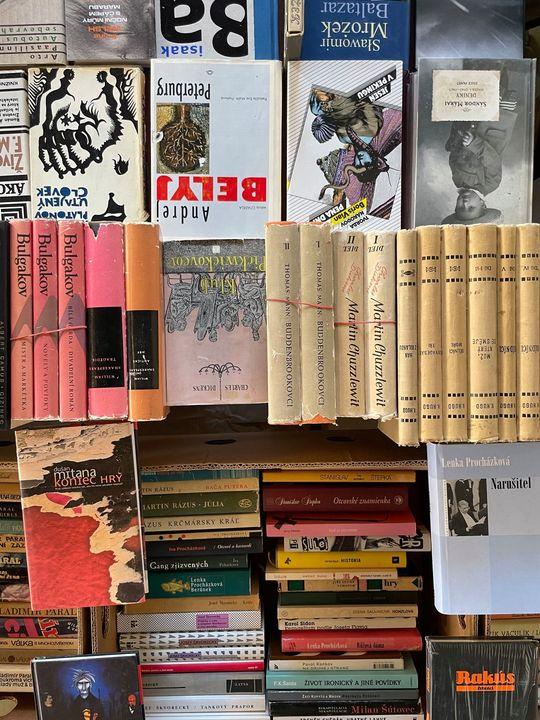 Aj túto sobotu 25. 9. vás čakáme na poschodí Starej tržnice, kde okrem kníh objavíte aj nové či staršie LP platne, grafiky či rôzne zberateľské predmety.