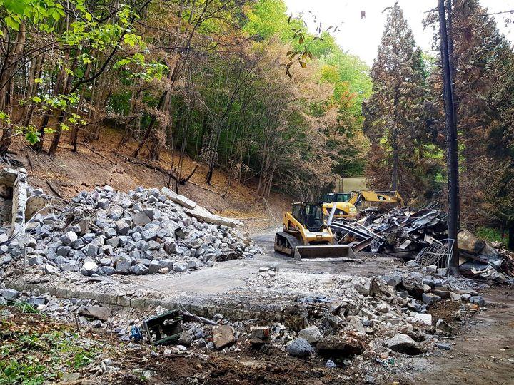 Ďalších 150 ton ruín mizne z lesoparku na skládku odpadu 💪 Bezprostredne po zhorení zdevastovanej budovy Verona na Železnej stud…