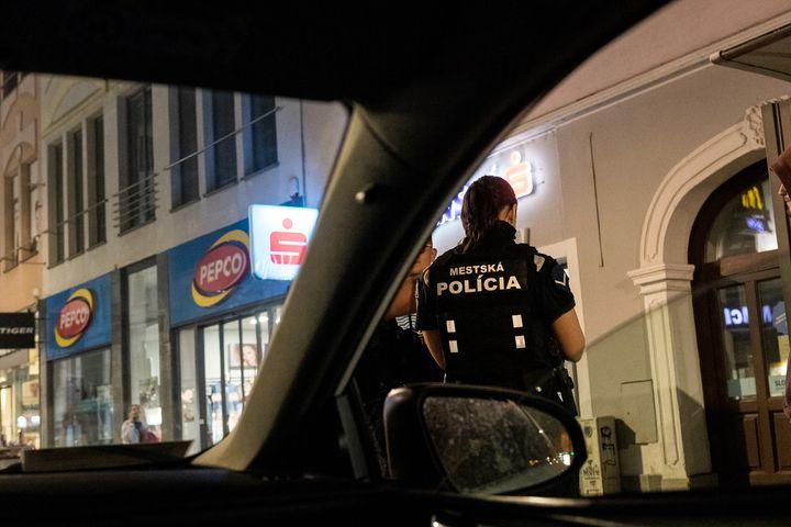 Počas hliadkovej činnosti v Starom Meste spozorovali o pol druhej v noci policajti z Útvaru zásahovej jednotky a kynológie troch…