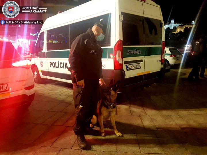 FOTKA NA VEČER📸  Policajt Oddelenia služobnej kynológie so svojim štvornohým kolegom počas nočnej služby v centre Bratislavy.